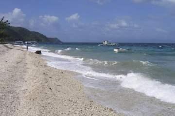 De grosses vagues s'écrasent sur la plage du Sogod Bay Resort. Philippines, mars 2008.