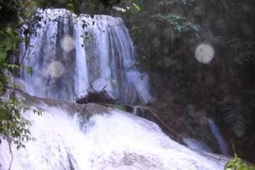 La cascade Saluopa, une gigantesque cataracte enfouie dans la jungle, près du lac Poso.