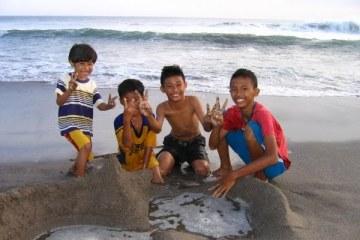 Bali. Enfants sur Petitenget Beach, au nord de Kuta-Legian, Seminyak. Juillet 2008.