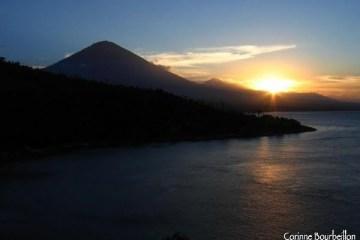 Coucher de soleil sur le volcan Agung. Jemeluk. Amed, Bali.