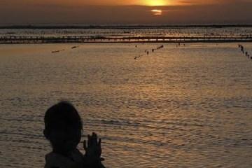 Coucher de soleil sur la plage de Jungut Batu. Nusa Lembogan, Bali. Juillet 2008.