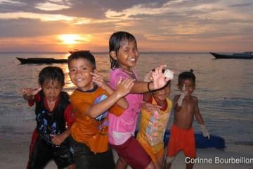 Les enfants de Derawan. Bornéo, Indonésie. Juillet 2009.