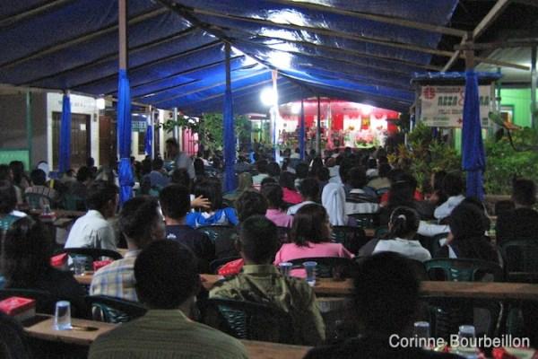 Mariage à Derawan. Le spectacle consiste à regarder les mariés, assis sur une chaise en plastique. Bornéo, Indonésie. Juillet 2009.