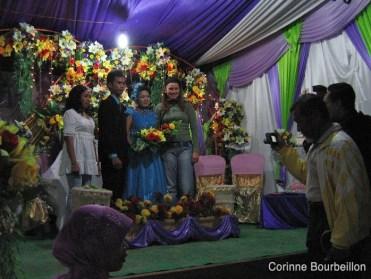 Marjolijn prend la pose avec les mariés. Derawan (Bornéo, Indonésie). Juillet 2009.