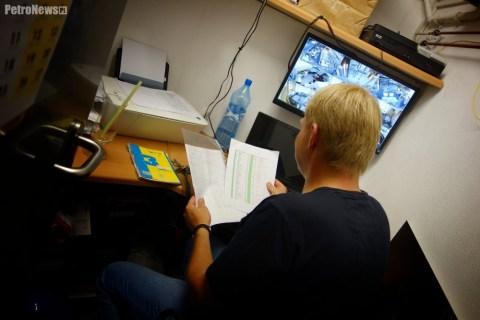 Czas na pracę w biurze. – Latem jest tu chłodno, ale zimą… dogrzewamy i siedzimy w rękawiczkach – przyznaje Mirosław Rączkowski.