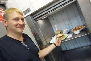 Podawanie posiłków ułatwia winda kuchenna, dzięki której potrawy ciepłe i pachnące docierają szybko do klientów.