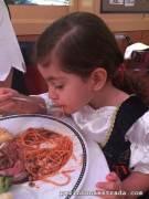 A Bela detonando um dos pratos infantis, na noite dos piratas