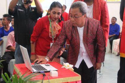 A.G.Latuheru,.SH,.M.Sisaat melounching Website Klasis Pulau Ambon