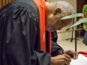 Pdt. Edwin Sanders, II, Pendeta Senior dari the Metropolitan Interdenominational Church in Nashville, saat menandatangani panggilan bersama.