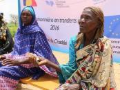 Warga Chad Timur menunggu pemberian uang tunai untuk membeli makanan