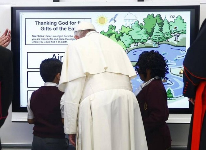 Francis among migrants' children - Let your joy rub off on others