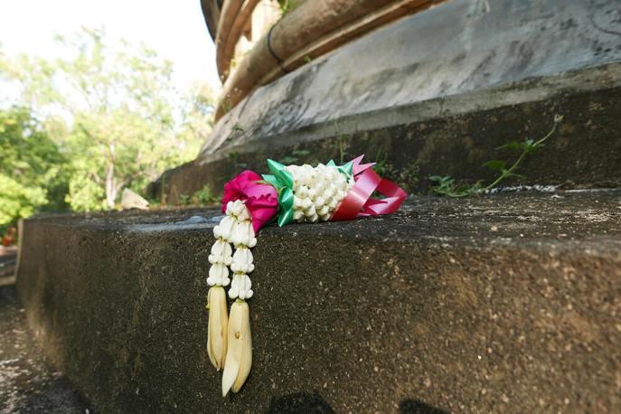 タイ・チェンマイの寺院 ワット ウモーン Wat Umong 仏塔献花