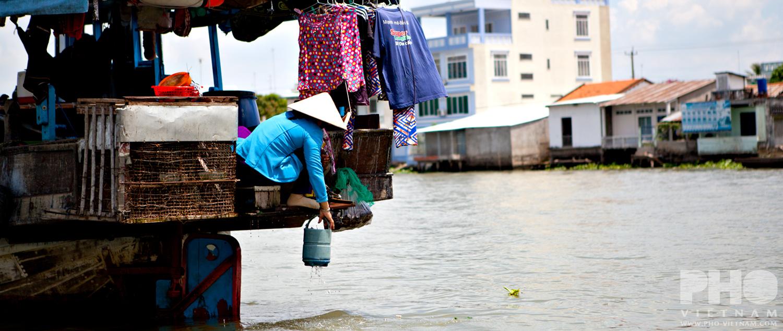 Vrouw op woonboot (foto: Kim Le Cao © Kim Le Cao)