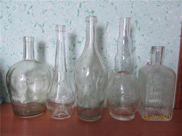 Пляшки з-під напоїв фабрики Бачевського.