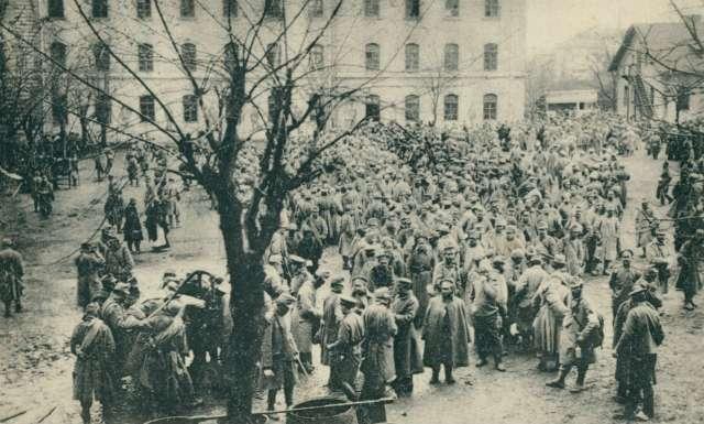 Полонені австрійці на території казарм Фердинанда в роки російської окупації Львова. 1914 рік