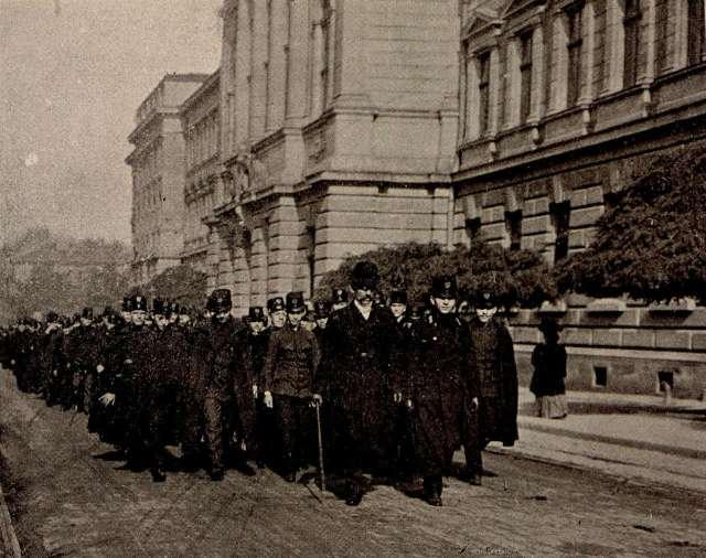 Урочиста хода гімназистів вулицею Баторія. Фото 1907 року