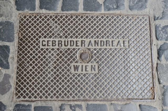 """Кришка """"Gebruder Andreae, Wien"""", вул. Листопадового чину."""