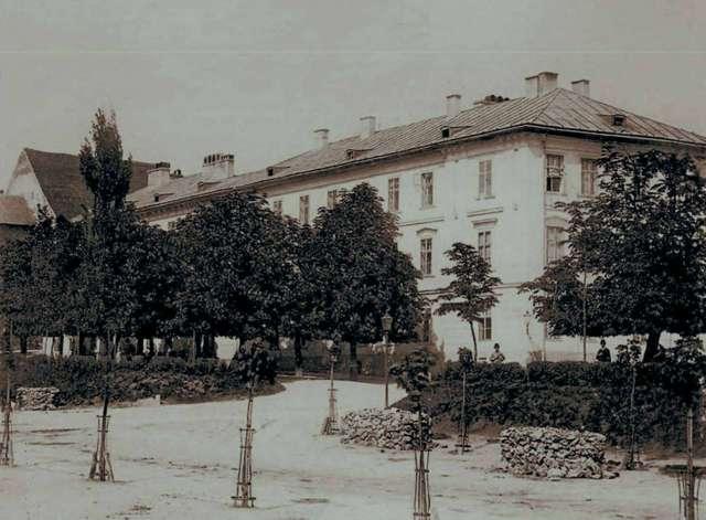 Німецька гімназія на вулиці Підвальній. Фото бл. 1890-го року