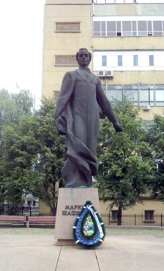 Пам'ятник Маркіяну Шашкевичу поруч із дзвіницею