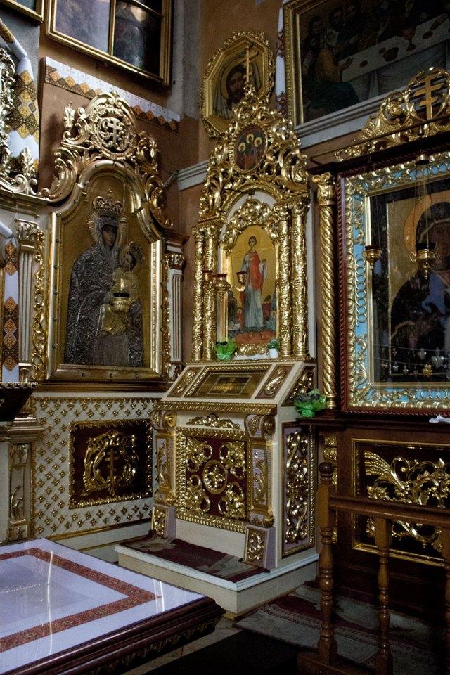 Мощі святого великомученика і цілителя Пантелеймона в Успенській церкві у Львові. Ікона роботи  Костя Марковича.
