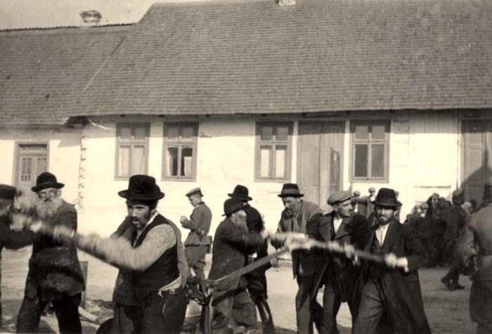 Львів, 1943. Німці спостерігають за євреями під час примусової праці.