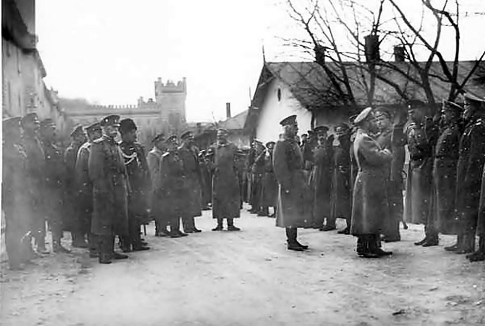 Російський імператор Микола ІІ спілкується з солдатами на території гарнізонного храму