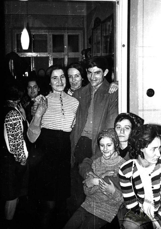 Ідею вертепу підтримав і Василь Стус, котрий на фото разом Іриною Калинець та Марією Савкою-Качмар. Фото 1972 року