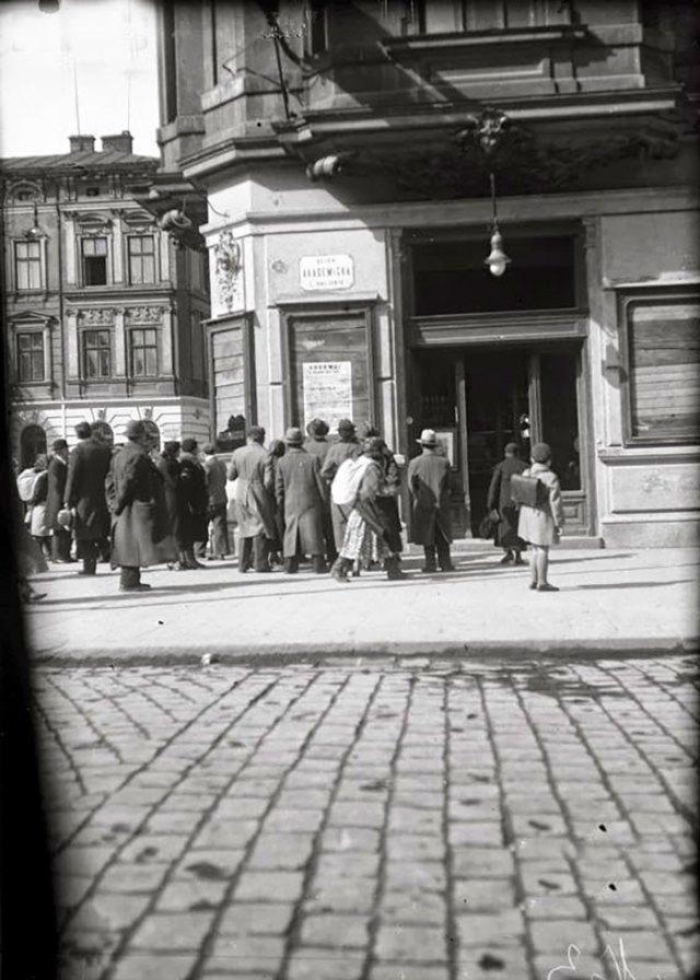 Демонстрація безробітних на вулиці Академічній (пр. Шевченка). Фото 14 квітня 1936 року