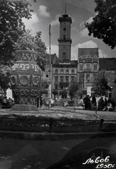 Зелена інсталяція у вигляді вази з візерунками. Вулиця 1 травня (пр. Свободи). Фото 1950 року