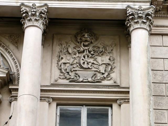 Скульптурна група на будівлі по улиці Січових Стрільців, 3