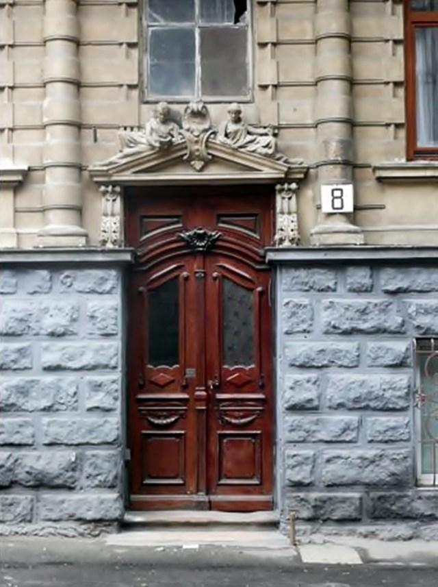 Фасад будинку на вул. Смольського, 8