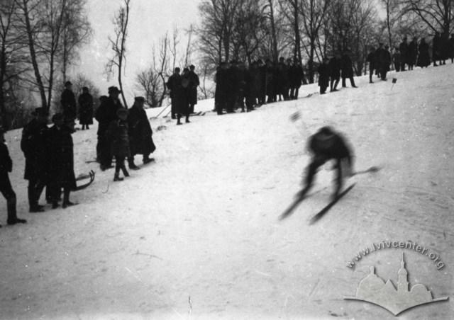 Лижник під час списку на лижних змаганнях поблизу Високого Замку. Фото 1930-1939 рр.