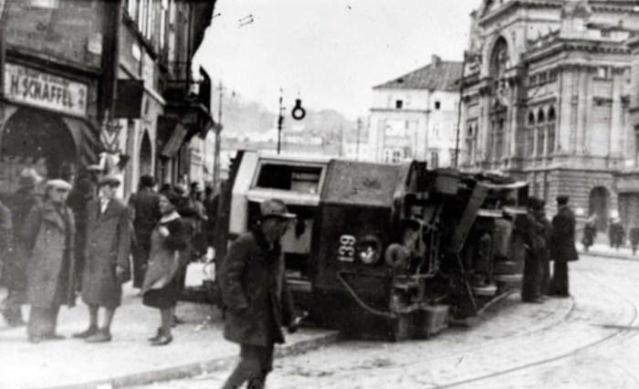 Перекинутий трамвай маршруту по вулиці Шпитальній. Фото 1936 року