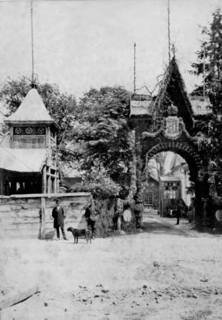 Тріумфальна арка біля входу до Крайової лісної школи. Фото 1880 року