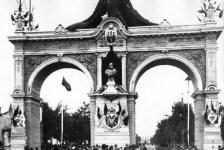 Бюст імператора Франца Йосива на тріумфальній арці в честь його візиту в 1894 році. Фото 1894 року