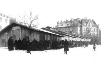 Один із пунктів обігріву та харчування на площі Св. Теодора, які діяли з ініціативи Рутовського. Фото 1914-1915 рр.