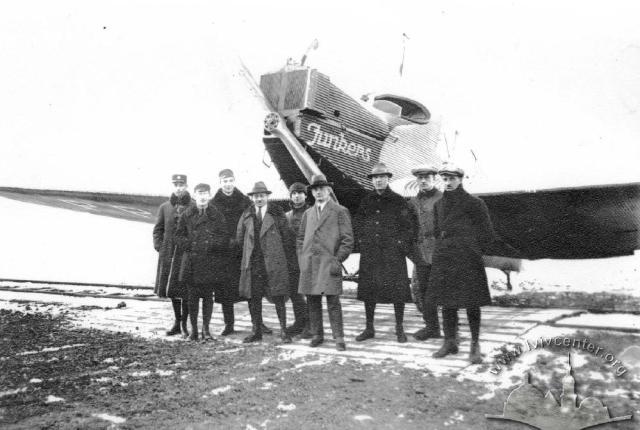 Пасажири та екіпаж першого пасажирського рейсу на Левандівському аеродромі. Фото 1922 року
