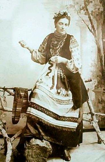 Відома львів'янка Соломія Крушельницька в подільському строї. Фото 1892 року. Джерело: https://uk.wikipedia.org