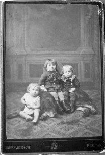 Рудольф Вайґль (крайній зліва) із сестрою Лілі та братом Фридериком. Фото 1888 року