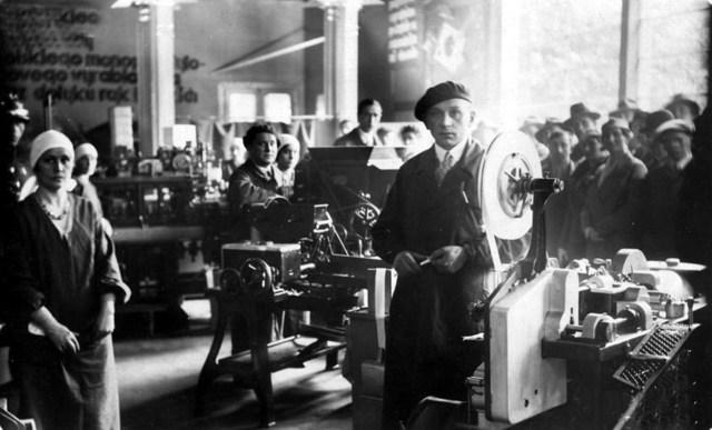 Працівники тютюнової фабрики. Фото: http://prybutok.com.ua/2504/ridkisni-fotohrafiji-fabryk-zavodiv-t/