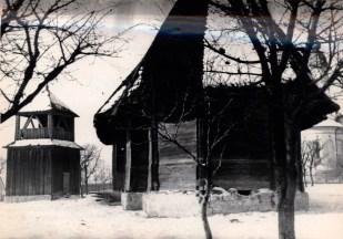 Троїцька церква з дзвіницею, що колись стояла в Чернівцях, а у гай була перевезена з Клокучки, де і зроблено фото