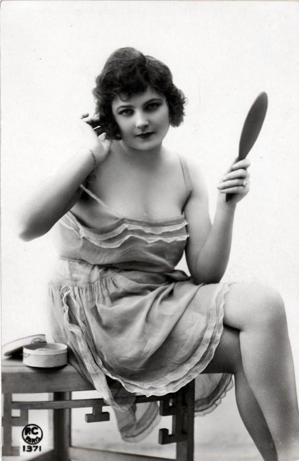 Жінка з дзеркальцем, між 1901–1930 рр. Джерело: https://polona.pl