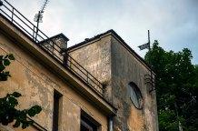 Львів, фасад будинку на вул. Ген. Грицая, 14, на якому видно флюгер з датою забудови