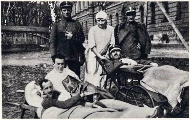 Поранені в боях з українцями за Львів польські вояки перед шпиталем на Політехніці (Гарбень лежить другий від ліва), 1919 рік