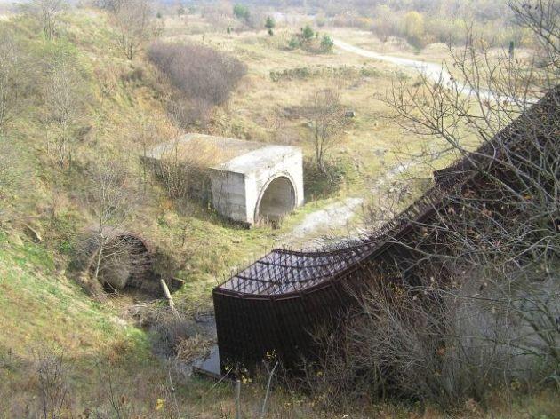 Стікши донизу вода б потрапляла у два тунелі довжиною близько 500 м.