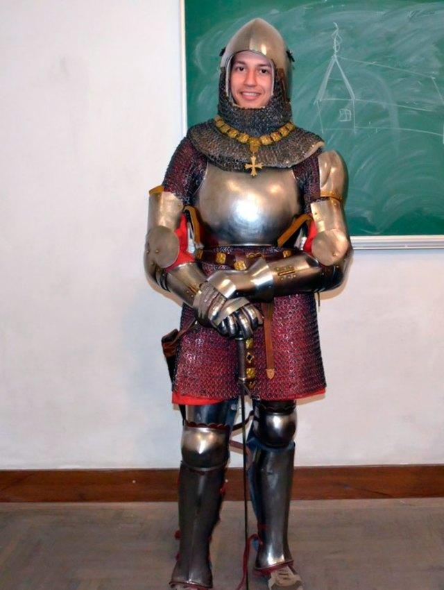 Лекція Ордену Паладинів (2014). Студент Орест Микієвич в одязі середньовічного лицаря.