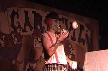An evi clown juggles skulls in the Boardwalk Scare Zone, not far from the Killer Klown Kollege maze.