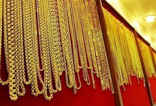 Crowds flock to buy gold in Phuket as prices drop
