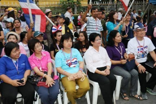 Phuket Vice Governor joins government protestors