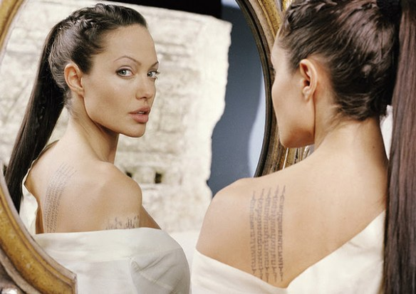 angelina-jolie-tatouage-sexy-dos-nue-nu